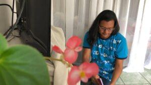 Eli Narváez trabaja en un Call Center con lo que garantiza ingresos para su subsistencia